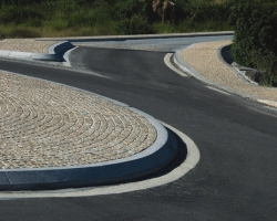 Gold setts with grey curved kerbing.