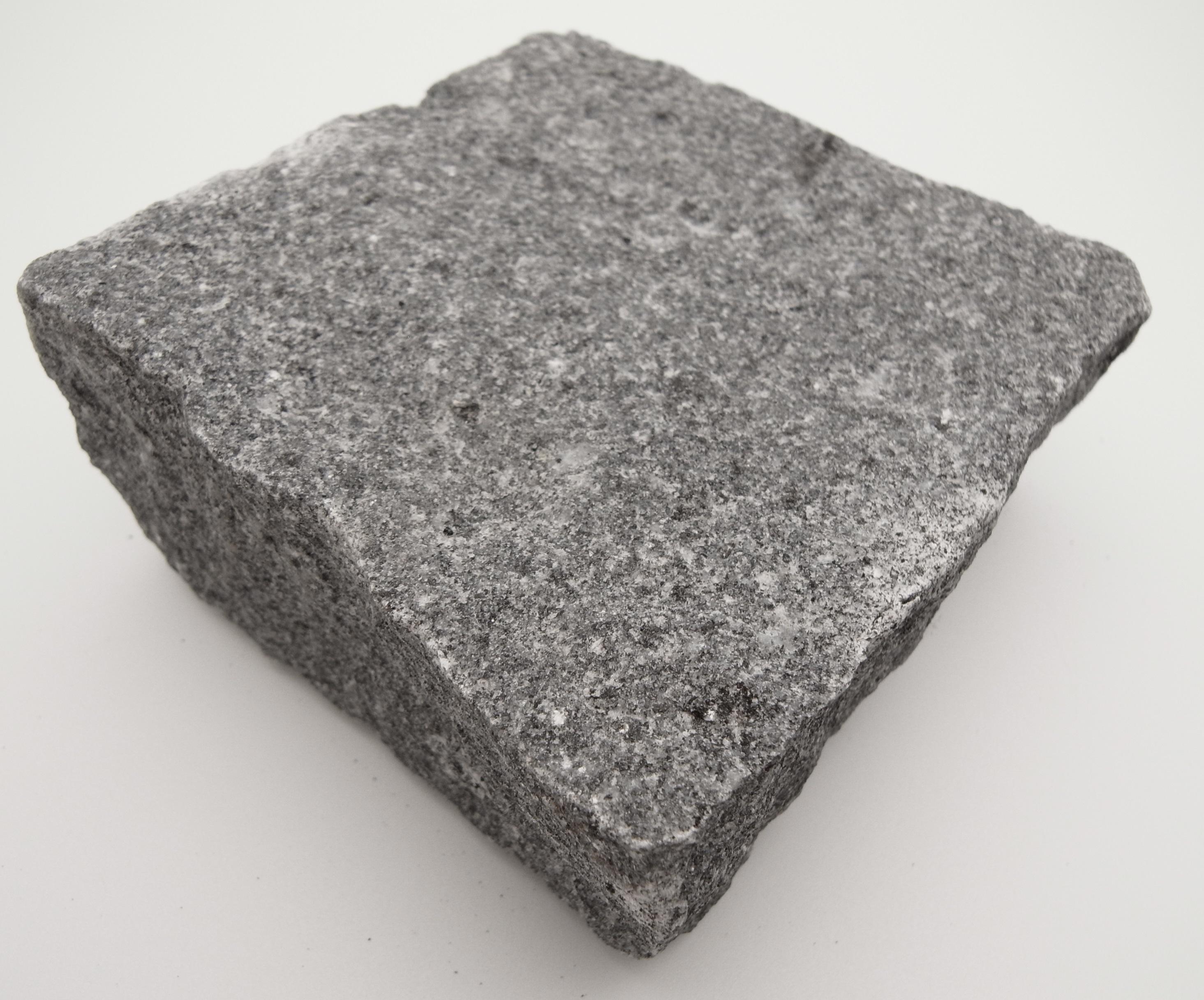 Stone Marble Granite : Dark grey granite setts in natural cropped finish per m